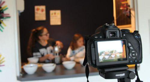 Kinder beim Kochen vor der Kamera