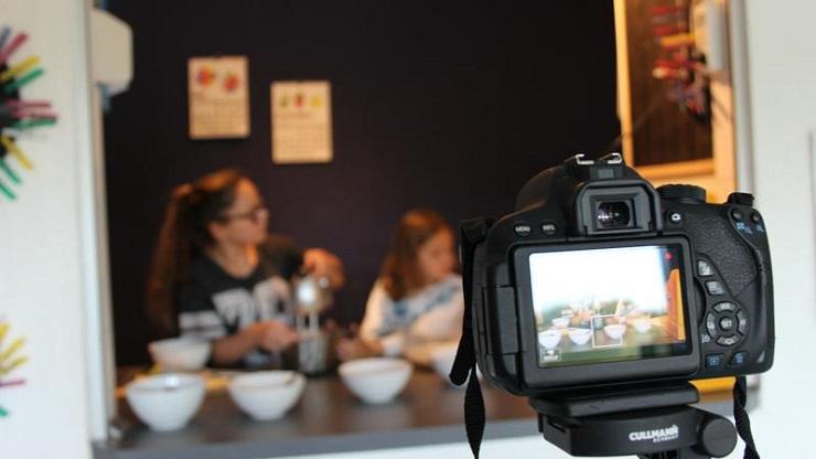 Zwei Mädchen beim Kochen vor der Filmkamera