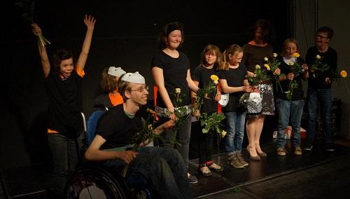 Junge Menschen mit Behinderung auf einer Theaterbühne