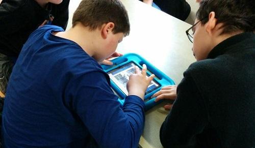 Kinder arbeiten mit iPads