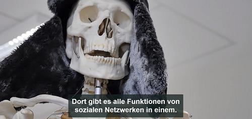 Skelett aus dem Biologieunterricht mit Fellmütze spricht: Dort gibt es alle Funktionen von sozialen Netzwerken in einem
