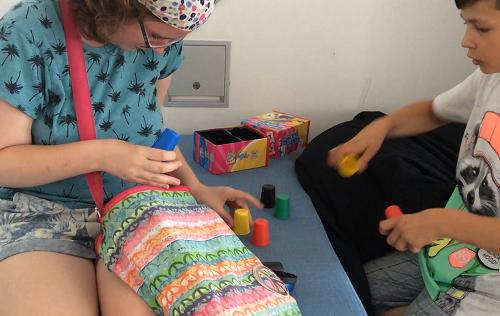 Ein Mädchen und ein Junge spielen zusammen mit Bausteinen