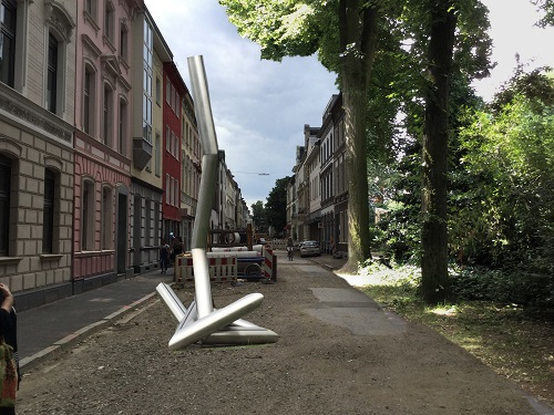 Foto eines Straßenzugs mit einer virtuell integrierten Skulptur