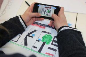 Smartphone, auf dem ein selbstgemaltes und mit der App Draw your Game erstelltes Computerspiel gespielt wird