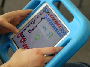 Selbstgemaltes und mit der App Draw Your Game erstelltes Computerspiel auf Tablet in blauer Hülle