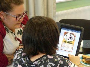 Mädchen arbeitet Tablet, neben ihr eine Frau