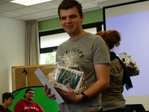 Teilnehmender des inklusiven Jugendmediencamp hält Abschiedsgeschenke in der Hand