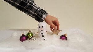 Weihnnachtsdeko in Watte: Schneeman, Weihnachtsbaumkugeln und Weihnachtsstern
