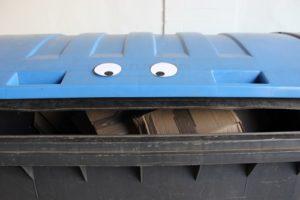 Mülltonne mit Papieraugen beklebt