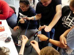 Teilnehmende des Jugendcamps testen eine selbstgebaute MaKey MaKey-Steuerung