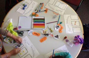 Tisch mit Stiften und Bastelmaterialien und gemalten Storyboardvorlagen