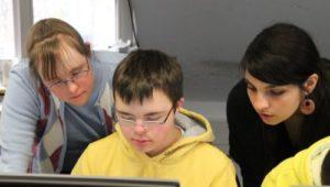 Junge mit Down Syndrom vor Laptop