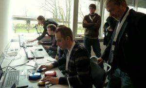 Teilnehmende auf der Fachtagung Digital ist besser testen assistive Technologien