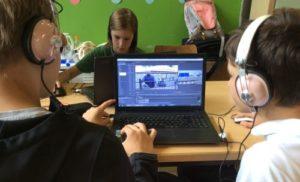 Kinder vor Laptops mit Schnittsoftware