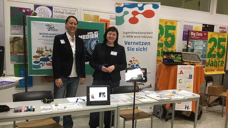 Christine Ketzer, Geschäftsführerin der LAG Lokale Medienarbeit NRW e.V. und Selma Brand, Projektleitung Netzwerk Inklusion mit Medien, am Stand der LAG auf dem GMK-Forum