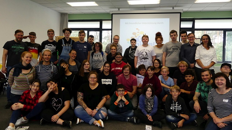 Gruppenbild mit den Teilnehmenden des inklusiven Jugendmediencamps