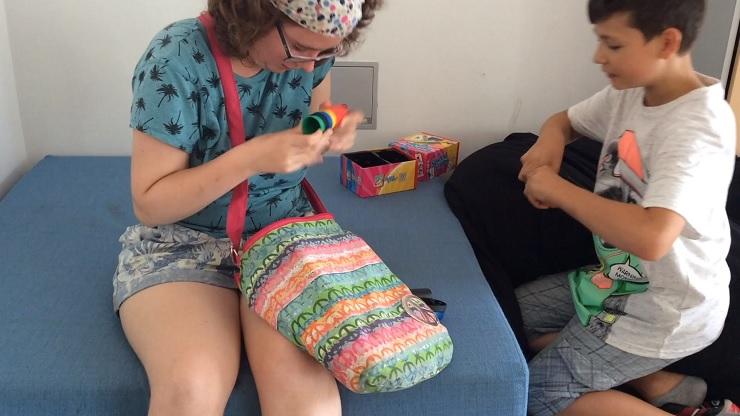 Mädchen und Junge mit einem Spiel
