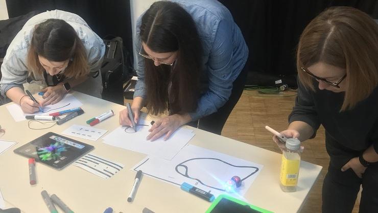 Teilnehmende der Weiterbildung Inklusive Medienarbeit malen ein Computerspiel für die App Draw your Game