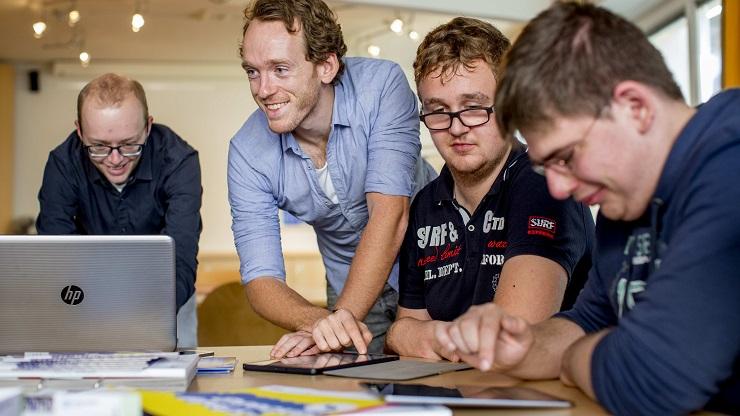 Das Netzsteker-Team berät 2 junge Männer mit Lernschwierigkeiten bei der Mediennutzung