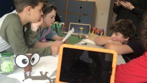 Kinder der inklusiven OT Ohmstraße bei der Filmarbeit mit iPads