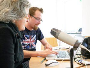 2 Weiterbildungsteilnehmende am Mikrofon
