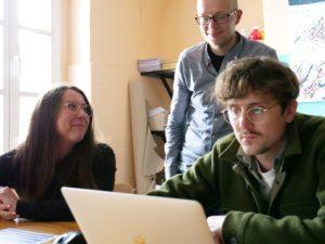 3 Weiterbildungsteilnehmende arbeiten am Laptop