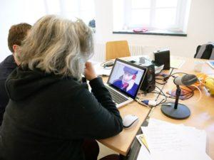 2 Weiterbildungsteilnehmende beim Erstellen einer Audiodeskription