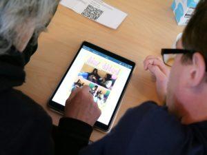 2 Weiterbildungsteilnehmende arbeiten am Tablet