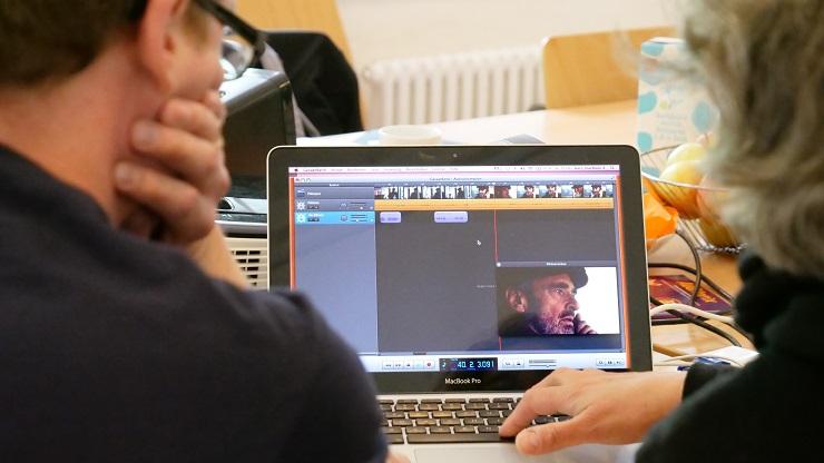 Zwei Weiterbildungsteilnehmende vor dem Laptop beim Erstellen einer Audiodeskription