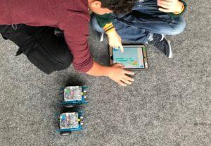 Zwei Jungen programmieren mBots
