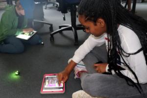 Junge und Mädchen programmieren auf Tablets mit Ozoblockly