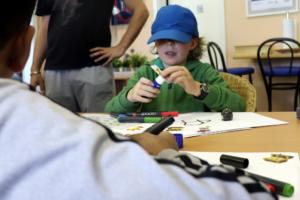 Kinder entwerfen Schatzkarte mit Linien und Farbcodes für ozobot-Roboter