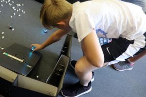 Junge baut einen Parcours für Ozobot-Mini-Roboter