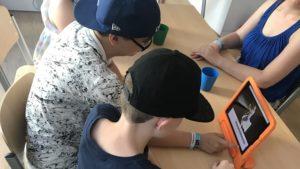 Kinder erstellen Comic am Tablet