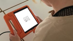 Tablet in roter, dicker Hülle mit QR-Code