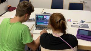 Junge und Mädchen arbeiten am Laptop
