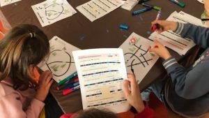 Kinder gestalten Bahnen für Ozobots