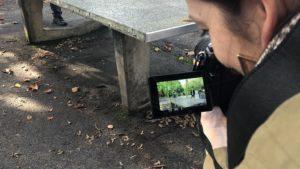 Junge an Tischtennisplatte wird gefilmt