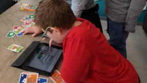 Junge erstellt Comic auf iPad