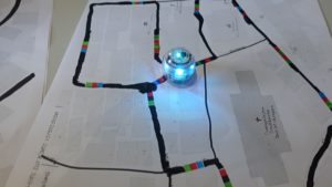 Ozobots fahren Route auf Stadtplan ab