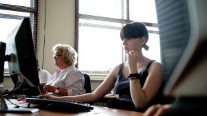 Ältere und junge Frau am Computer