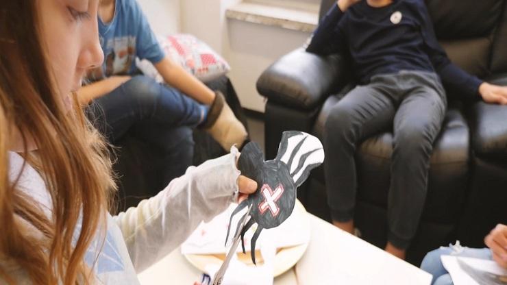 Kinder basteln Halloween-Dekoration