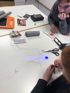 Teilnehmende basteln Lightpainting-Pinsel