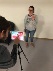 Teilnehmende fotografieren mit iPad