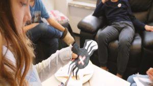 Kinder basteln gruselige Halloweenfigurenn für selbstgestalteten Escape Room