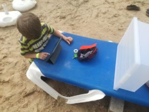 Kind filmt auf Strandliege mit der Stop Motion Studio App