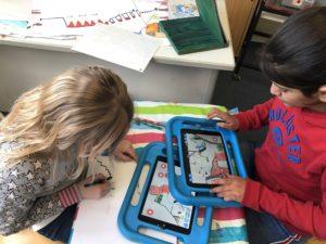 Kinder erstellen mit iPads und der App Draw Your Game eigene Computerspiele aus selbst gemalten Hintergründen