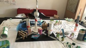 """Selbstgebastelte """"Stadt"""" aus Recycling-Materialien, entstanden im Projekt """"Stadt der Zukunft"""""""