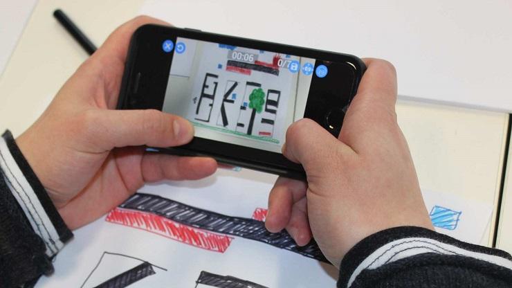 Kind spielt mit Smarthphone