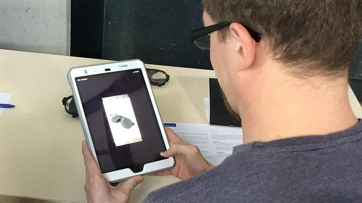 Mann schaut auf iPad